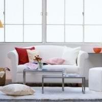 яркий диван в интерьере прихожей картинка