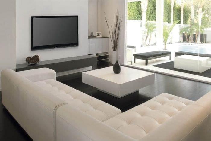 светлый диван в дизайне коридора