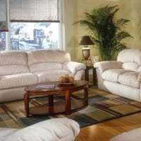 яркий диван в интерьере квартиры фото