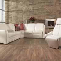 яркий диван в интерьере комнаты картинка
