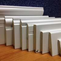 белый плинтус из керамики в интерьере комнаты картинка