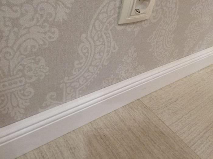 белый плинтус из пластика в интерьере квартиры