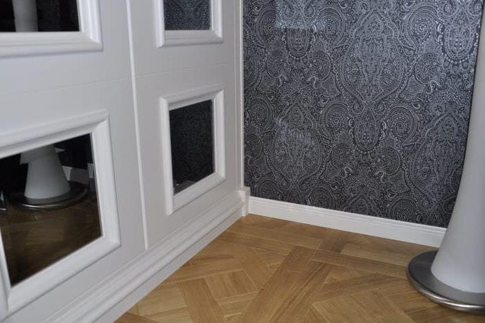 яркий плинтус из лдф в интерьере комнаты