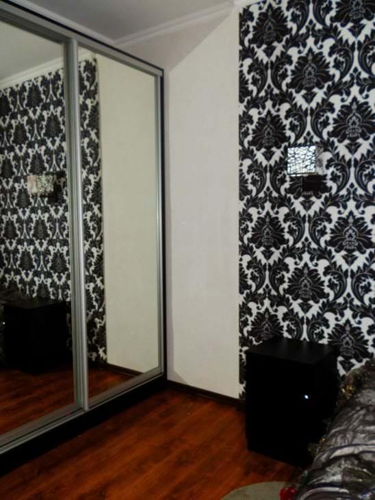 черные обои в дизайне гостиной в стиле готика
