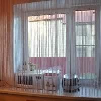 яркие шторы нити в интерьере коридора картинка