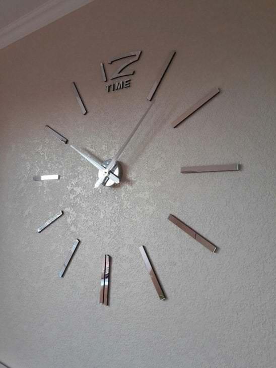 деревянные часы в кухне в стиле хай тек