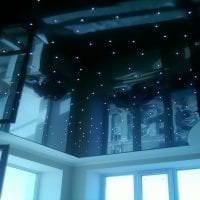 деревянный черный потолок в дизайне спальни картинка