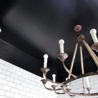 деревянный черный потолок в декоре кухни фото