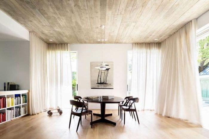 отделка потолка с бетоном в гостевой