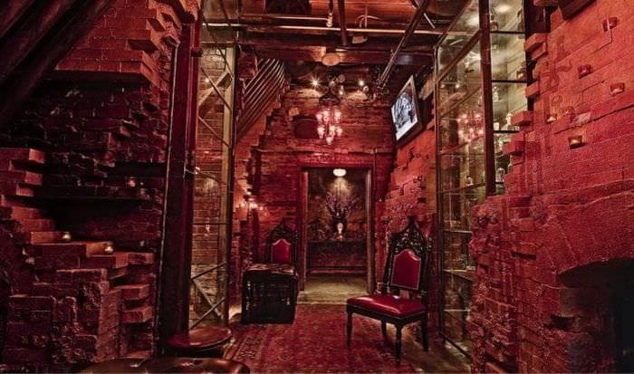 интерьер дома в стиле стимпанк с кожаной оббивкой