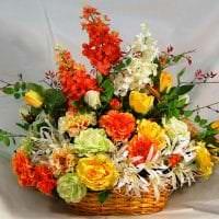 искусственные цветы в дизайне гостиной фото