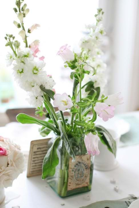 искусственные цветы в декоре гостиной
