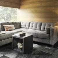темный угловой диван в дизайне прихожей картинка