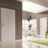 яркий белый пол в интерьере коридора фото