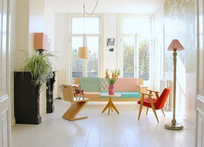 светлый белый пол в дизайне гостиной