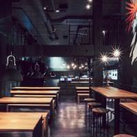 красивый черный потолок в интерьере кухни картинка