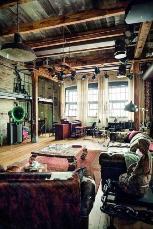 красивый черный потолок в дизайне гостиной