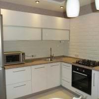 яркий дизайн белой кухни с оттенком бежевого фото