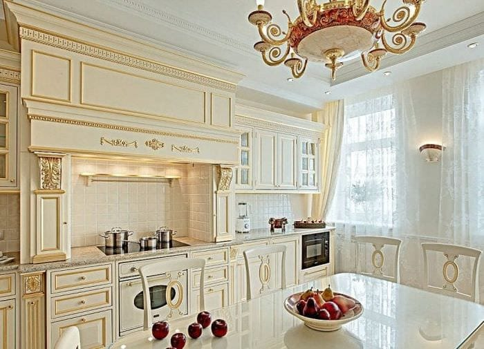 светлый интерьер белой кухни с оттенком бежевого