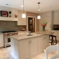 красивый дизайн бежевой кухни в стиле прованс картинка