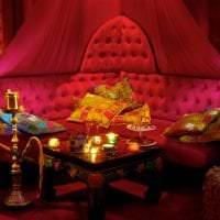 яркий декор гостиной в этническом стиле картинка