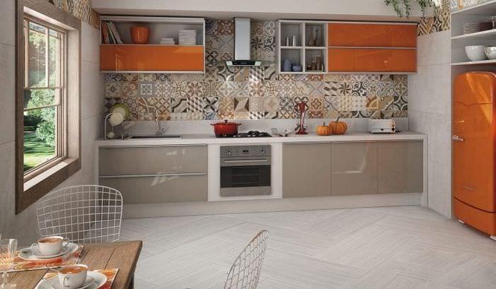 яркий фартук из плитки маленького формата с рисунком в интерьере кухни