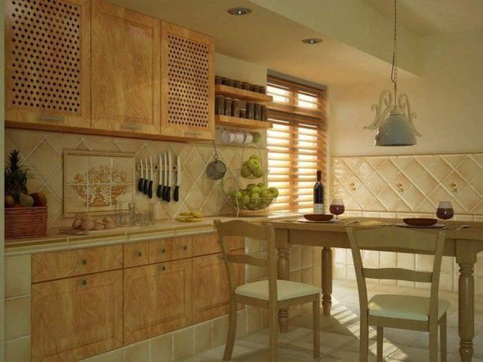 яркий фартук из плитки маленького формата с рисунком в декоре кухни
