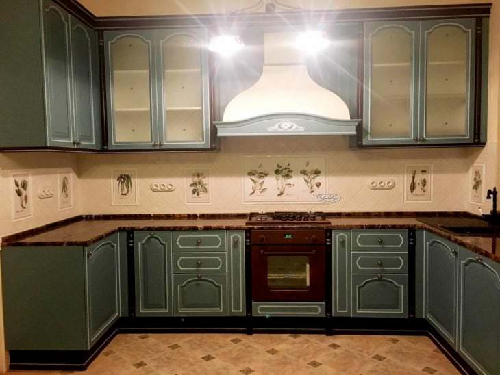 красивый фартук из плитки стандартного формата с рисунком в дизайне кухни