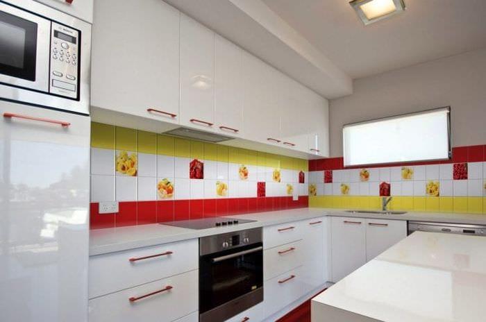 светлый фартук из плитки большого формата с изображением в интерьере кухни