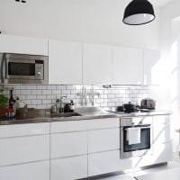 светлый интерьер белой кухни с оттенком зеленого картинка