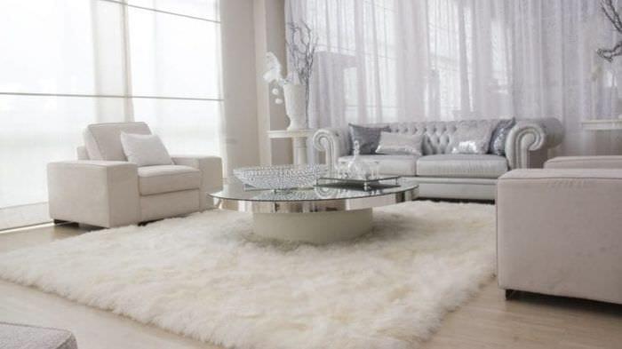 светлый интерьер комнаты в белых тонах