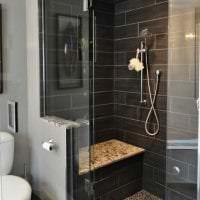 светлый интерьер ванной комнаты с душем в ярких тонах фото