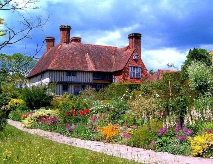 красивый ландшафтный дизайн дачи в английском стиле с деревьями