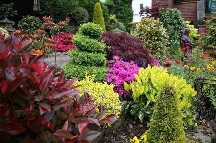необычный ландшафтный декор дачного участка в английском стиле с цветами