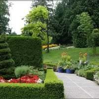 красивый ландшафтный декор дачи в английском стиле с цветами картинка