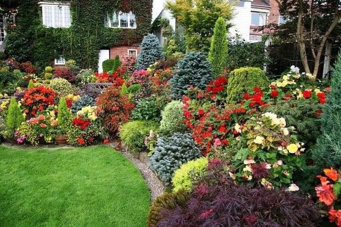 шикарный ландшафтный декор двора в английском стиле с цветами