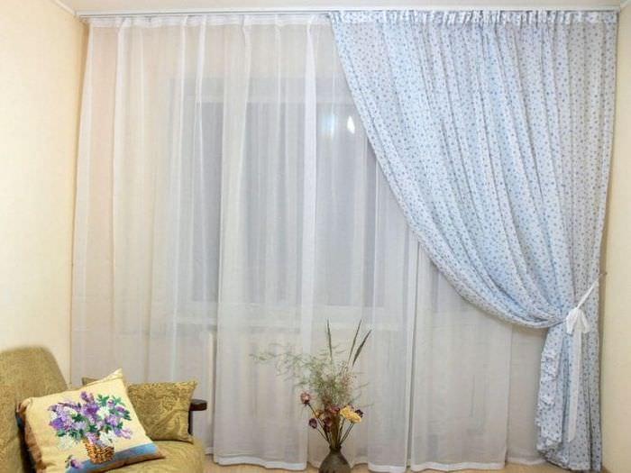 яркий полиэстеровый тюль в интерьере комнаты