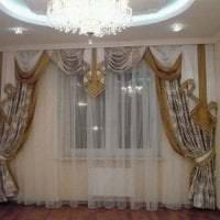 яркий полиэстеровый тюль в интерьере комнаты фото