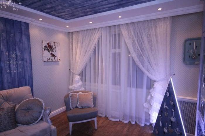 красивый люрексовый тюль в интерьере гостиной