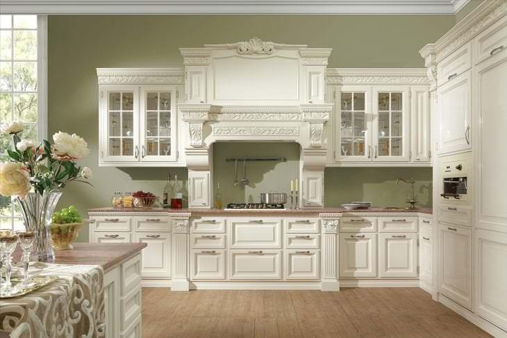 светлый дизайн белой кухни с оттенком желтого