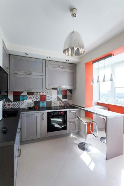 красивый интерьер белой кухни с оттенком песочного