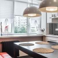 светлый интерьер белой кухни с оттенком розового картинка