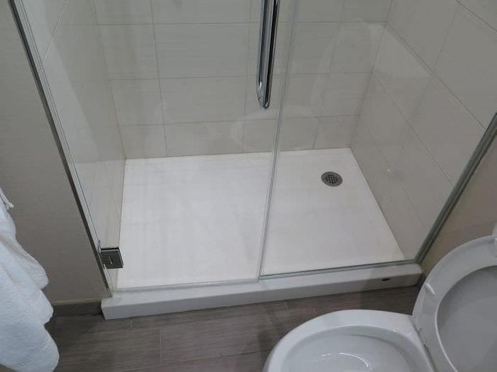 необычный интерьер ванной комнаты с душем в темных тонах