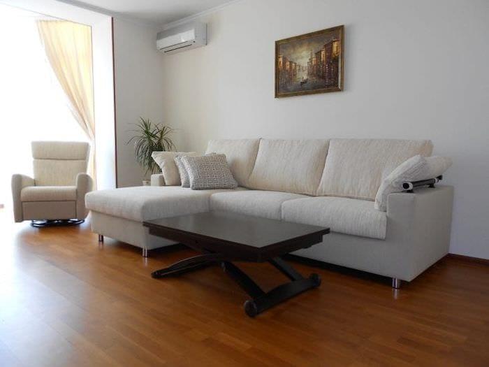 светлый угловой диван в дизайне квартиры