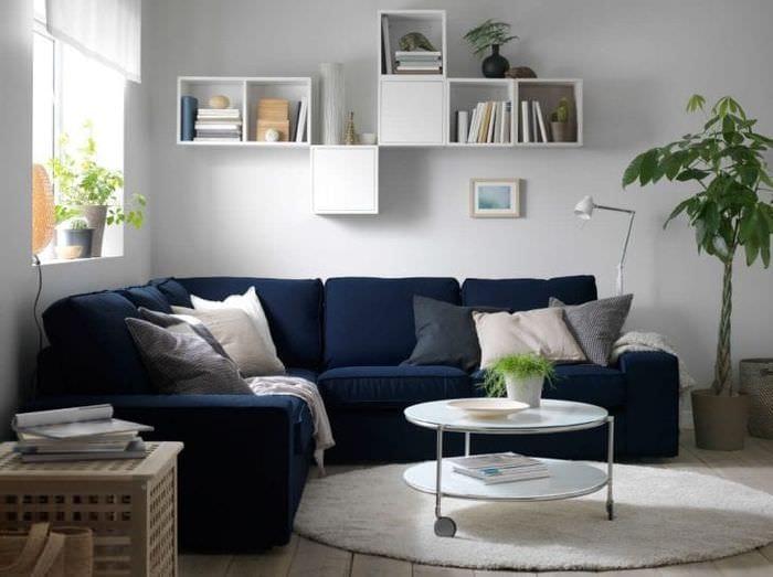 темный угловой диван в дизайне прихожей