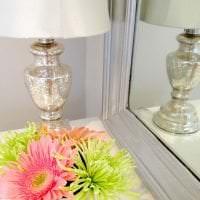 светлый весенний декор в интерьере спальни картинка