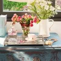 светлый весенний декор в дизайне гостиной картинка