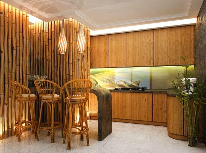 потолок с бамбуком в интерьере кухни