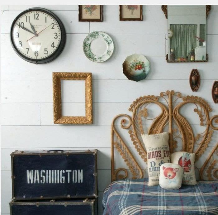деревянные часы в коридоре в стиле хай тек