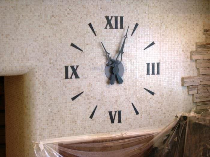 металлические часы в кухне в стиле эко